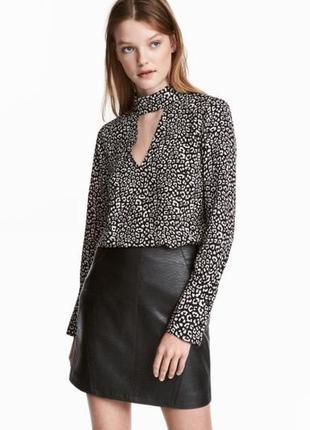 Стильная блуза в анималистичный принт с чокером