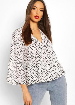 Красивая блуза в сердечки с воланами