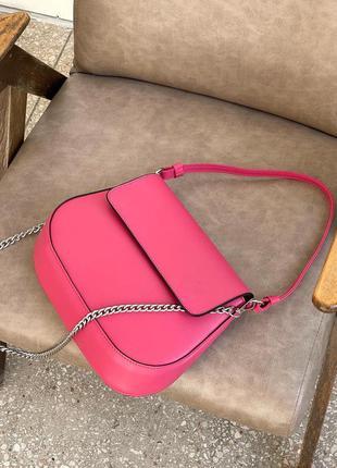 Трендова сумка на ланцюжку малинового кольору