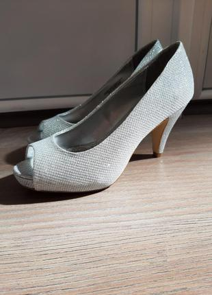 Серебристые туфли на небольшом каблуке