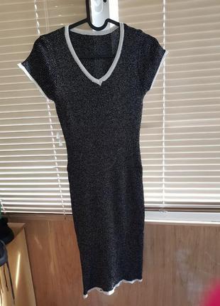 Обтягивающее блестящее платье