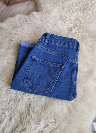Крутая джинсовая юбка с необработанным краем с высокой талией высокой посадкой .