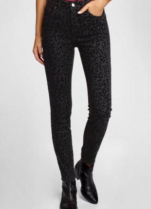 Черные женские джинсы oodji, с замшевыми (бархатными) сердечками, размер s (44)