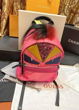 Яркий розовый рюкзак fendi