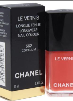 Лак для нігтів осіннього кольору від chanel.