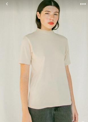 Плотная трикотажная футболка оверсайз с воротником-стойкой