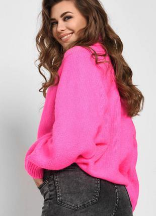 Розовый свитер с пышными рукавами