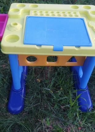 Яркий детский столик парта.