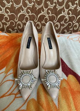 Туфли на каблуке с брошкой