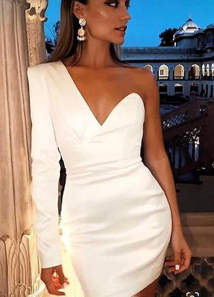 Вечернее платье с одним рукавом
