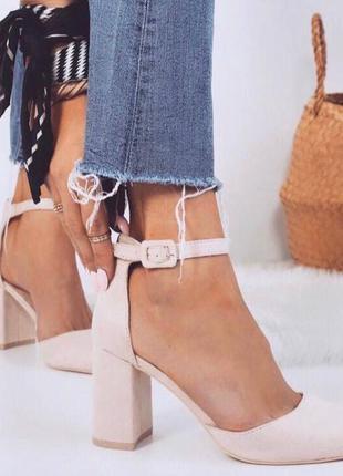 Бежевые туфли на каблуке замшевые туфельки