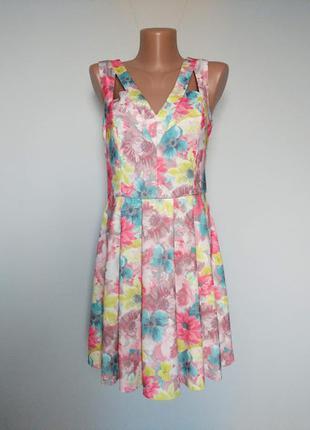 Яркое платье в цветочный принт. с оригинальными вырезами.