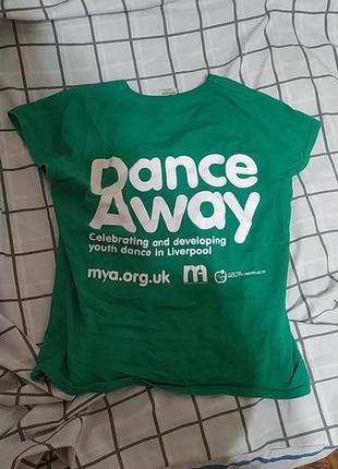 Зеленая модная футболка