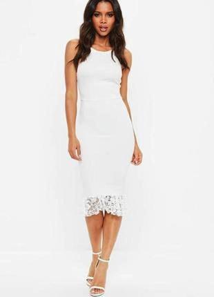 Белое платье футляр с открытой спиной и кружевной оборкой