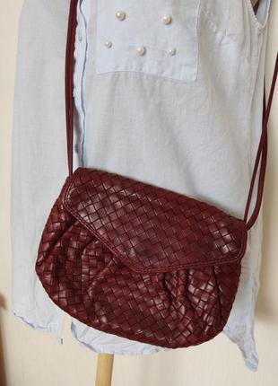 Маленькая плетеная сумочка через плечо на кнопке