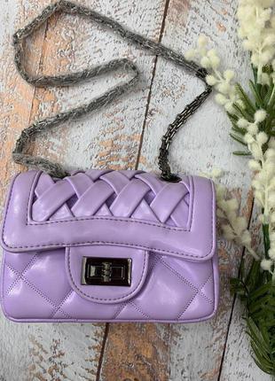 Фиолетовая сумка в стиле известного бренда