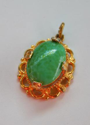 Золотистый кулон с зеленым камнем (35)