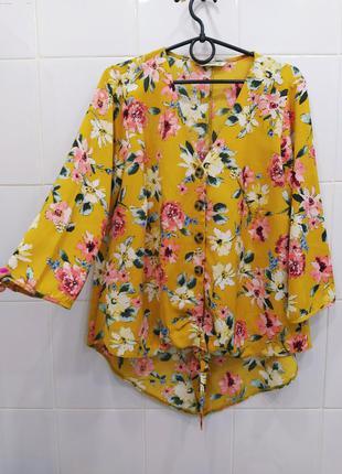 Классная цветочная блуза на пуговках с узелком