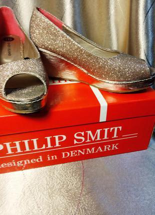 Туфли на танкетке цвет золото