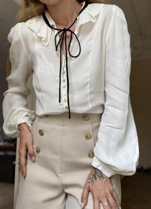 Блузка на пуговицах с завязками на шее