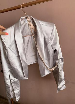 Укороченый пиджак сатин серый