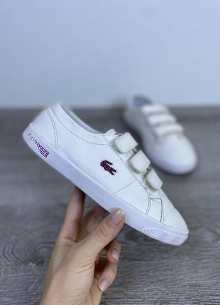 Стильные белоснежные кроссовки lacoste