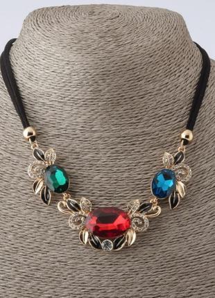 Колье на шнурах с синим, зеленым и красным кристаллом