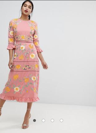 Платье миди с вышивкой и оборками на манжетах asos design