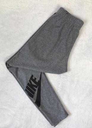 Серые спортивные лосины nike с лого