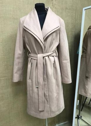 Стильное двубортное нежно розовое плотное пальто с поясом