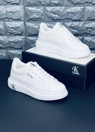 Белые кроссовки. много обуви!!!