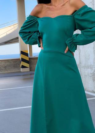 Женское изумрудное платье с открытыми плечами