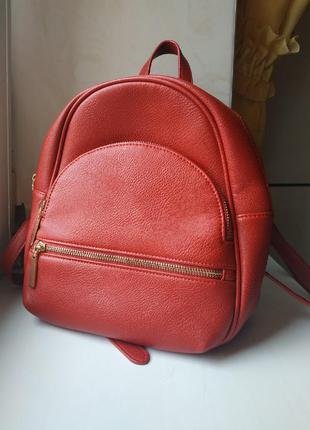 Красный стильный рюкзак