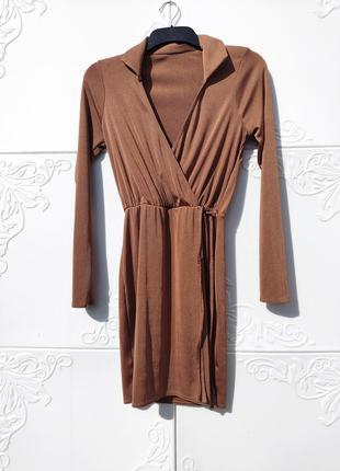 Короткое коричнево золотое платье на запах с рукавом