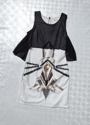 Белое платье расшитое золотыми блестящими пайетками с чёрной накидкой