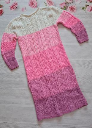 Яскраве вязане плаття ручної роботи.
