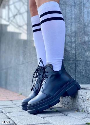 Черные кожаные ботинки на байке