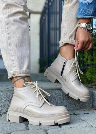 Светлые ботинки на байке кожаные