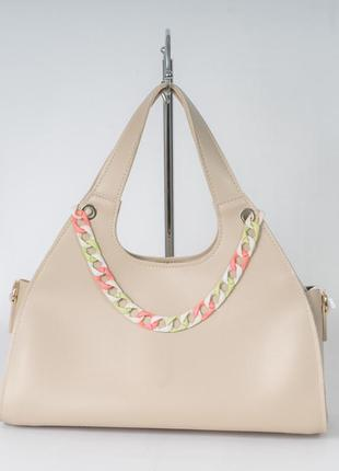 Бежевая модная сумка трапеция на плечо женская красивая сумочка шоппер на длинном ремешке