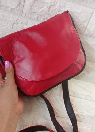 Кожаная женская маленькая красная сумочка через плечо яркая