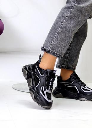 Чёрные кроссовки со светоотражающими вставками