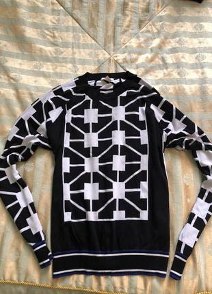 Красивый стильный свитер.