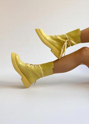 Шикарные кожаные яркие солнечные ботинки на шнуровке