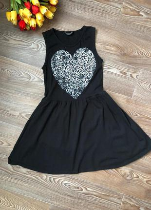 Платье с принтованным сердцем