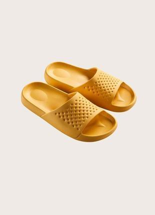 Тапочки жовті, шльопанці. текстурированные шлепанцы с открытым носком.