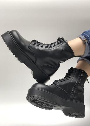 Кожаные демисезонные чёрные женские ботинки мартинсы