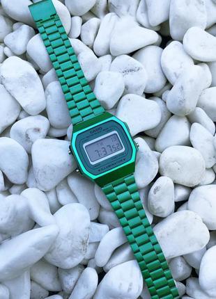 Стильные наручные часы.