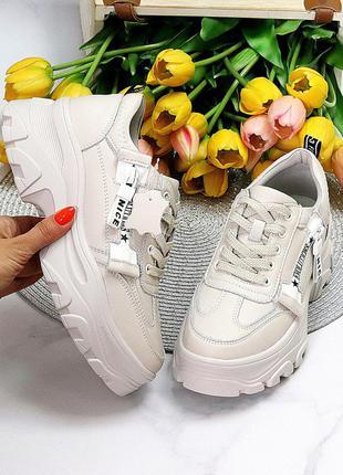 Бежевые кожаные кроссовки на платформе