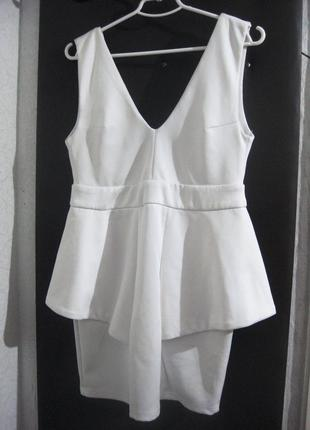 Платье missguided с баской белое с открытой спиной