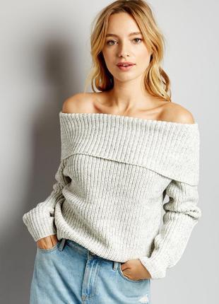 Объемный вязаный свитер на плечи со спущенными плечами